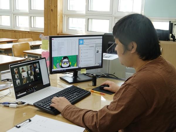 온라인 개학을 앞두고 4월 3일 삼천포초등학교 서종태 교사가 실시간 쌍방향 시범 수업을 진행하고 있다.(사진=삼천포초등학교)