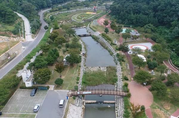 삼천포천 중류 지점에 위치한 용두공원.(사진=사천시)