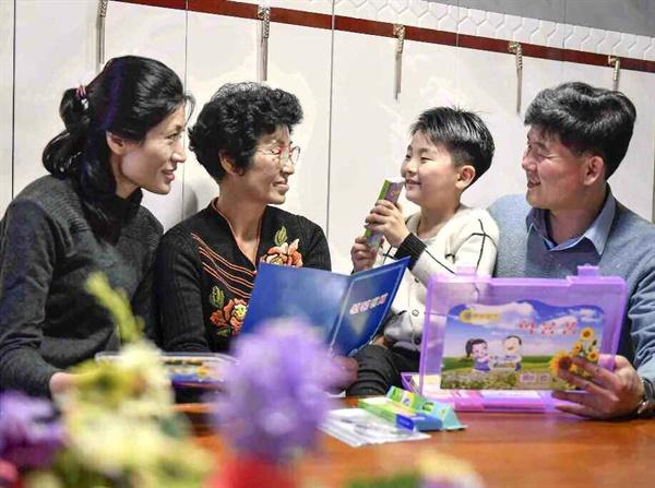 北 해바라기 학용품 받은 섬마을 어린이 노동당 기관지 노동신문은 31일 3면을 할애해 김정은 국무위원장이 섬마을 아이들에게 '해바라기' 학용품을 보냈다면서 관련 보도를 게재했다.