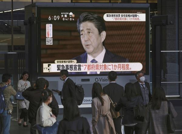 코로나19 긴급사태 선언 의향 밝히는 아베 지난 6일 오후 일본 오사카시에 설치된 대형 TV에 신종 코로나바이러스 감염증(코로나19) 확산을 억누르기 위해 긴급사태를 선언하겠다는 아베 총리의 발언이 보도되고 있다. 2020.4.7