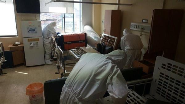 코로나19 확진자 병실을 준비하는 보건의료노동자들. 음압기와 침대 등을 설치하는 모습이다.
