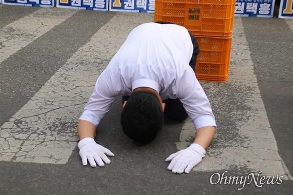 권택흥 더불어민주당 대구 달서갑 국회의원 후보가 지난 6일 달서구 이곡동 월요시장에서 시민들을 향해 큰절을 하고 있다.