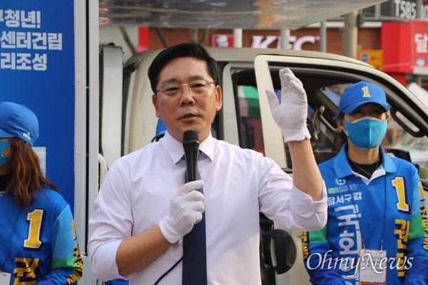 더불어민주당 권택흥 대구 달서갑 국회의원 후보가 지난 6일 달서구 이곡동 월요시장 앞에서 유세를 하고 있는 모습.