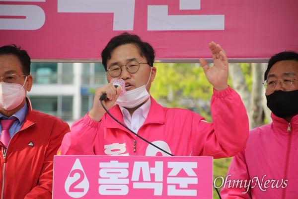 대구 달서갑 선거구에 출마한 홍석준 미래통합당 후보가 지난 6일 달서구 이곡동 월요시장 앞에서 유세를 하고 있다.