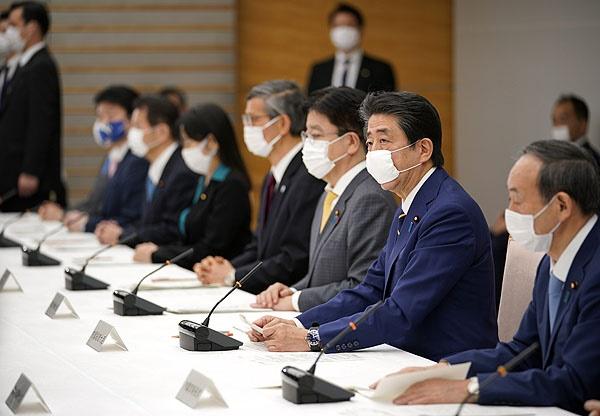 아베 신조 일본 총리(오른쪽 두번째)가 지난 7일 도쿄의 총리관저에서 열린 신종 코로나바이러스 감염증(코로나19) 대책본부 회의에서 도쿄도 등 7개 광역지자체를 대상으로 긴급사태를 선언하고 있다.