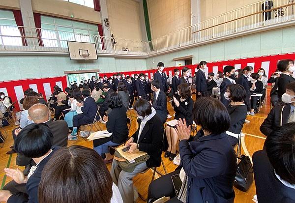 아베 총리의 긴급사태선언 당일인 7일 오전에 열린 둘째의 중학교 입학식. 밀폐된 강당에 학생과 학부모가 가득차 있다.