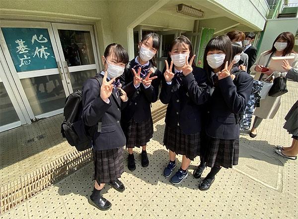 중학교 입학식에 참가한 둘째(맨왼쪽)가 친구들과 포즈를 취하고 있다.