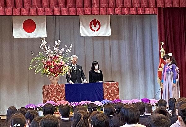 일본 중학교 입학식에 참가한 둘째가 한복을 입은 채 강단에 올랐다.