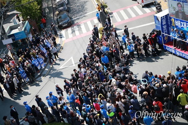 이낙연 더불어민주당 상임공동선대위원장이 8일 전 국무총리 시절 비서실장인 배재정 후보의 선거구인 사상을 찾아 집중유세를 펼쳤다. 주례 럭키아파트 앞에 모인 지지자들의 일부 모습.