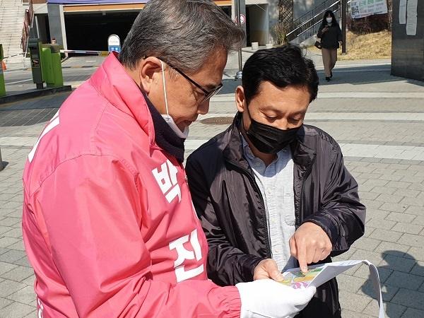 미래통합당 박진 후보가 지난 3일 세곡동 아아파크 7단지 주민들을 만나 10년 공공임대 분양 전환가 문제에 대한 의견을 듣고 있다.