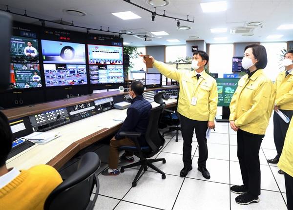 8일 유은혜 교육부장관이 EBS를 방문해 원격수업 준비 상황에 대해 이야기를 듣고 있다.