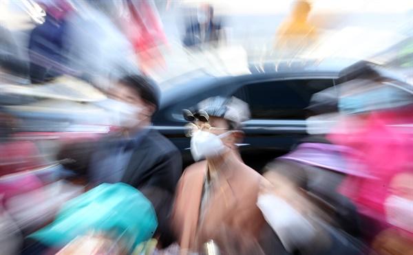 21대 총선을 7일 남겨둔 지난 8일 오후 서울 광진구 자양사거리에서 한 시민이 선거 유세 모습을 바라보고 있다.