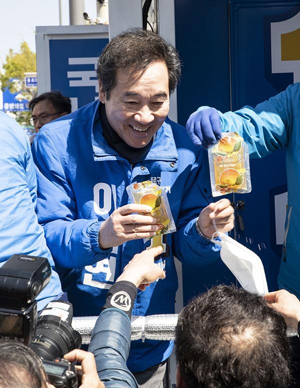 9일 오전 서울 종로구 창신동 유세현장에서 더불어민주당 이낙연 후보가 지지자로부터 과일즙을 선물 받고 있다.