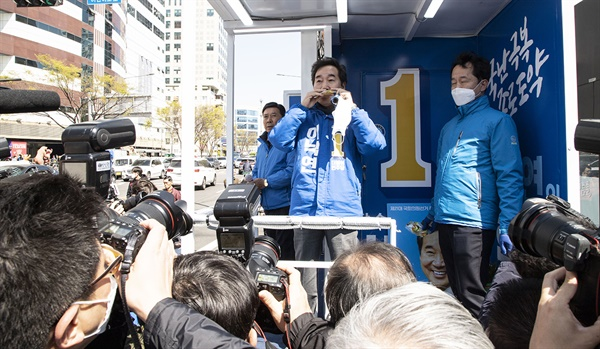 9일 오전 서울 종로구 창신동 유세현장에서 더불어민주당 이낙연 후보가 지지자로부터 과일즙을 선물 받고 즉석에서 마시고 있다.