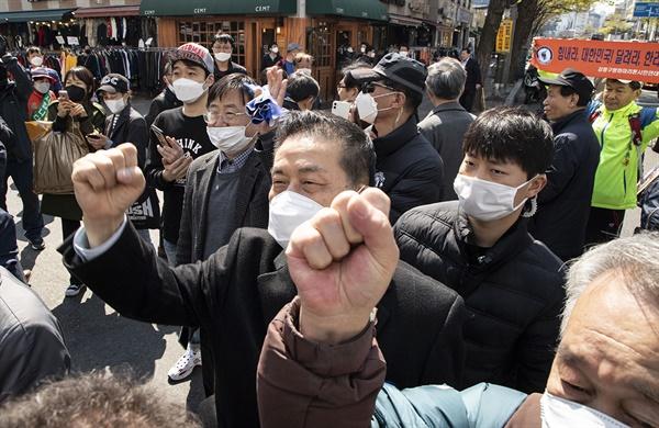 9일 오전 더불어민주당 이낙연 총리 거리유세에 나온 지지자들이 지지를 표시하고 있다.