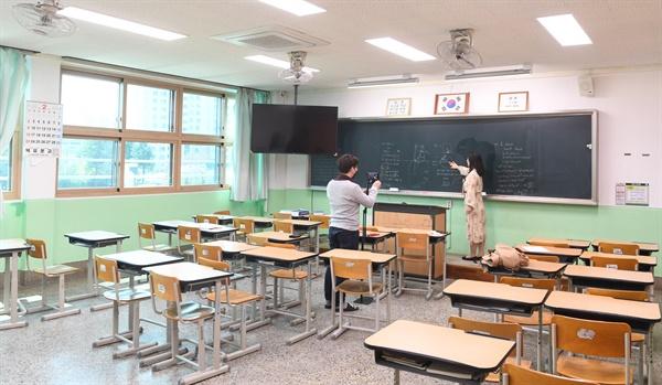 거창대성고등학교 교실의 온라인 수업.