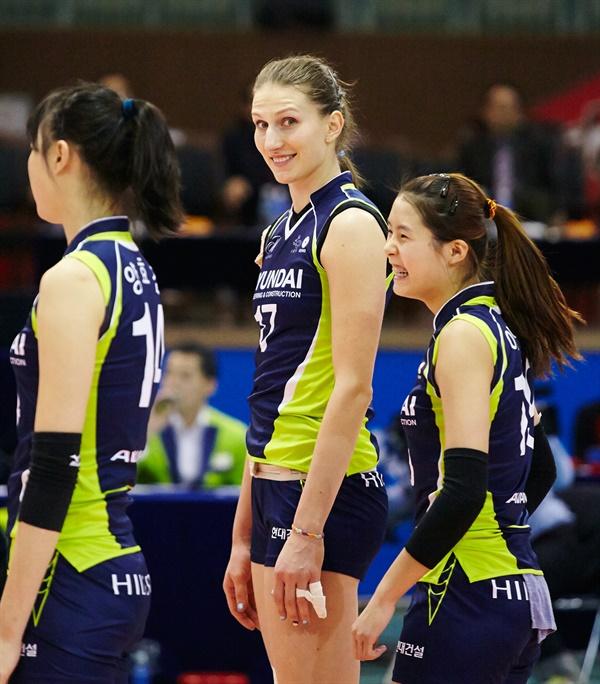 폴리나 라히모바(가운데)... 2014-2015시즌 V리그 현대건설 시절 경기 모습