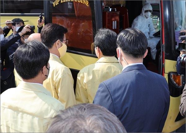 정세균 국무총리가 9일 오후 대전역 선별진료소를 방문, 코로나19 해외유입 방지를 위한 대전시의 대응 상황을 점검했다.