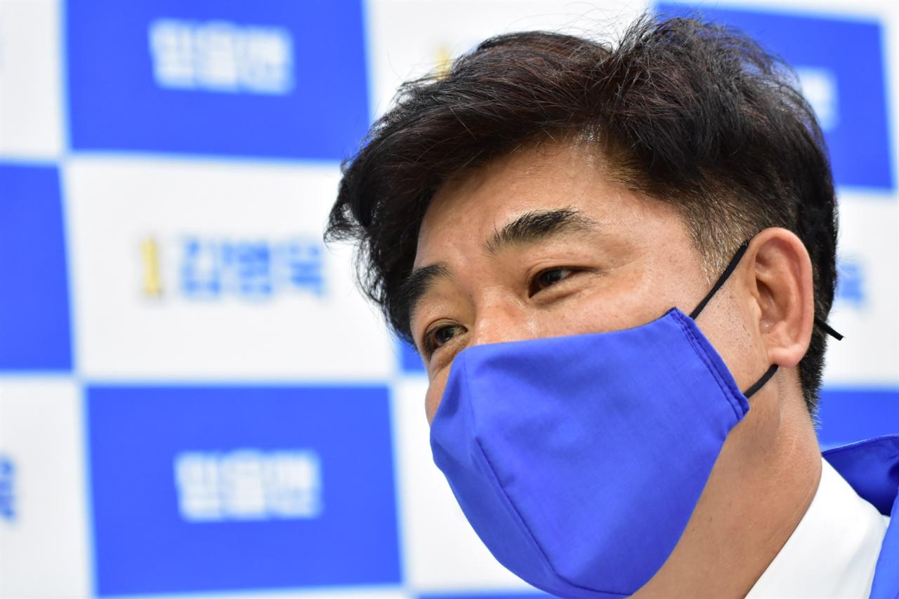 인터뷰 중인 김병욱 분당 을 후보