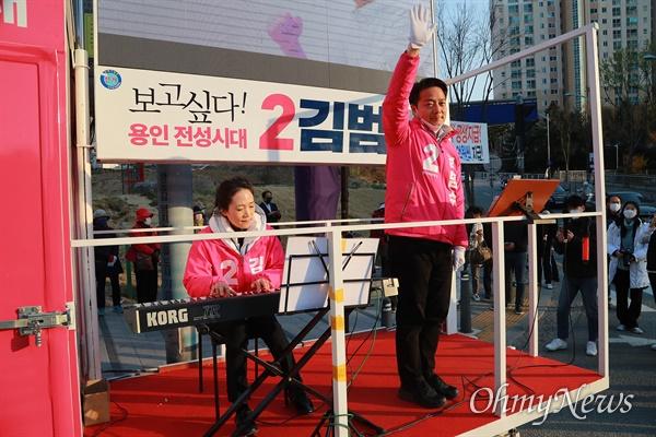 21대 총선 경기도 용인시정 미래통합당 김범수 후보가 9일 오후 용인시 보정동 누리에뜰 사거리에서 유세용 방송차량에 부인이 연주하는 반주에 맞춰 노래를 부르고 있다.