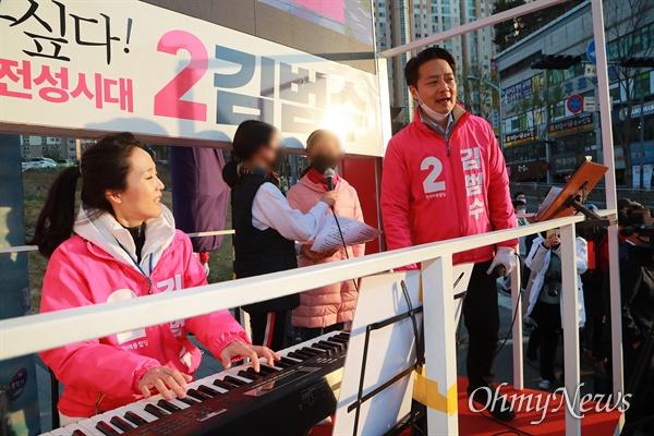 21대 총선 경기도 용인시정 미래통합당 김범수 후보가 9일 오후 용인시 보정동 누리에뜰 사거리에서 유세용 방송차량에 미성년자를 태우고 노래를 부르고 있다. 김 후보 부인은 차량에서 키보드를 이용해 반주를 하고 있다.
