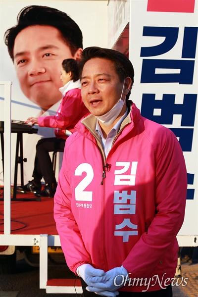 21대 총선 경기도 용인시정 미래통합당 김범수 후보가 9일 오후 용인시 보정동 누리에뜰 사거리에서 시민들에게 지지를 부탁하고 있다.