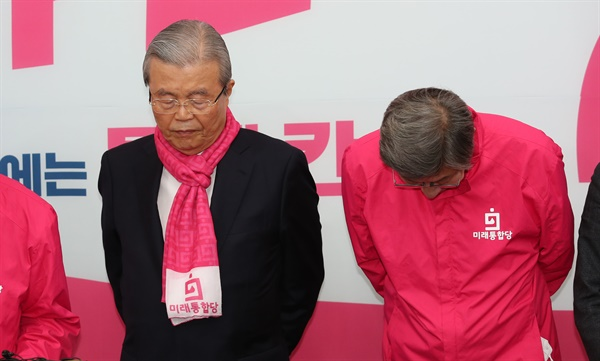 4ㆍ15 총선을 앞두고 미래통합당 김종인 총괄선거대책위원장(왼쪽)과 박형준 공동선대위원장이 9일 오전 국회에서 '김대호·차명진 후보의 막말' 관련 대국민 사과를 마치고 고개 숙이고 있다.