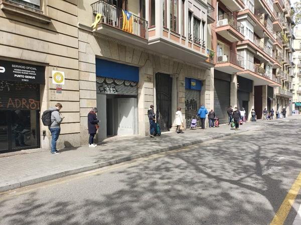 슈퍼마켓 LIDL 입구 앞으로 1미터씩 간격을 두고 사람들이 줄을 서있는 모습