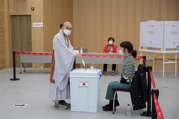 10일 오전 6시, 사전투표소 문이 열리자 마자 투표하는 법륜 스님 울주군 두서면에 설치된 사전투표소에서 법륜스님이 오전 6시에 투표를 하고 있다.