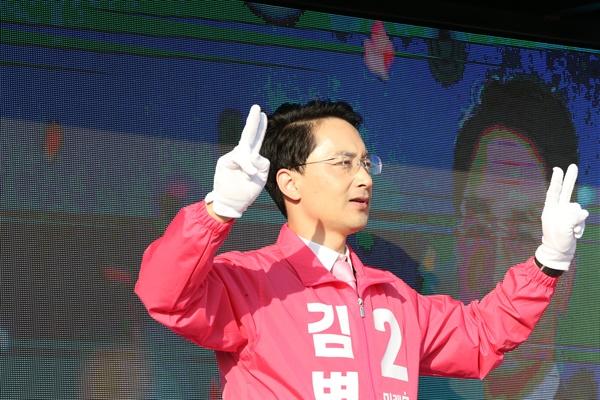 국회의원 선거운동이 시작된 2일 경북 포항시 남구 형산교차로에서 포항 남구·울릉 선거구에 출마한 미래통합당 김병욱 후보가 아침 인사를 하고 있다.