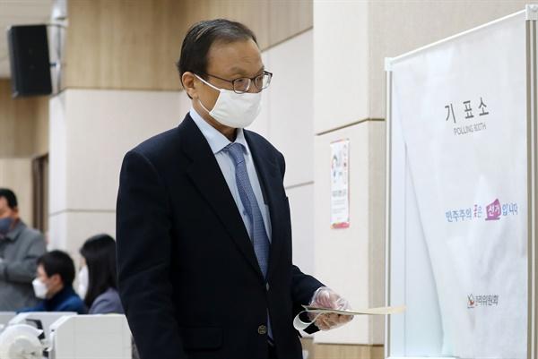 더불어민주당 이해찬 선대위원장이 10일 오전 대전시 중구 은행선화동 사전투표소에서 투표하고 있다.