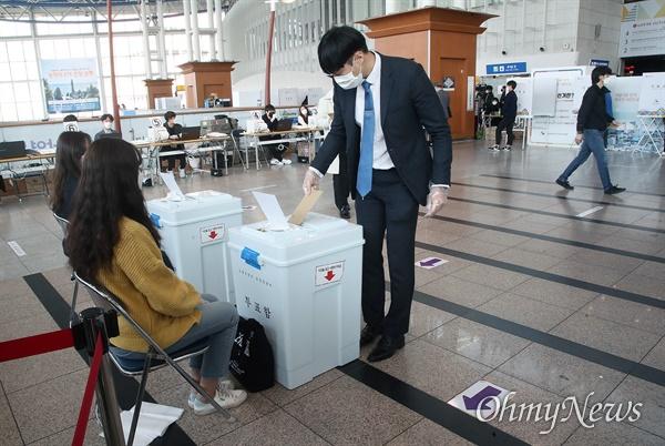 제21대 국회의원선거 사전투표 첫 날인 10일 오전 서울 용산구 서울역 대합실에 마련된 사전투표소에서 유권자들이 소중한 한 표를 행사하고 있다.