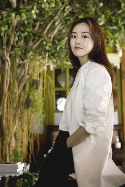 영화 <서치 아웃>의 누리 역을 맡은 배우 허가윤이 포즈를 취하고 있다.