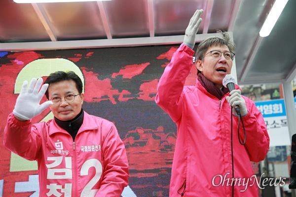 박형준 미래통합당 공동선대위원장이 10일 부산을 찾아 사하갑 김척수 후보에 대한 지원유세에 나서고 있다.