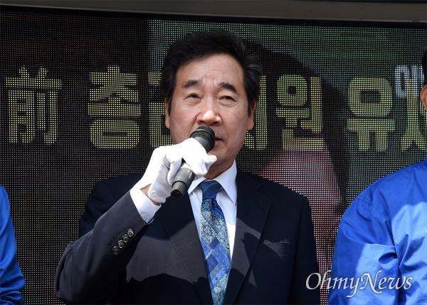 이낙연 더불어민주당 상임선대위원장이 10일 오전 대전 동구 중앙시장 입구에서 대전지역 원도심 후보 지원유세를 펼치고 있다.