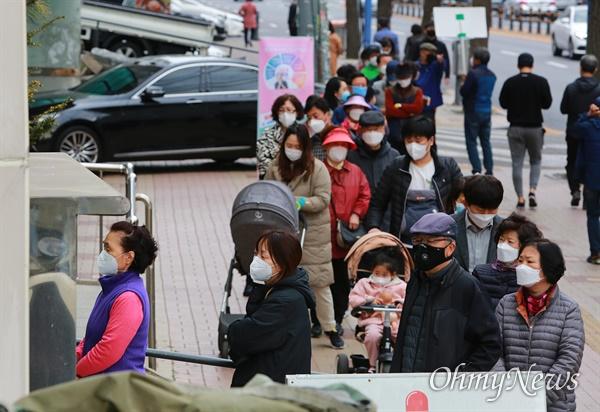 21대 총선 사전투표가 시작된 10일 오후 서울 동작구 상도2동 주민센터에 마련된 사전투표소앞에 유권자들이 길게 줄을 서 있다.