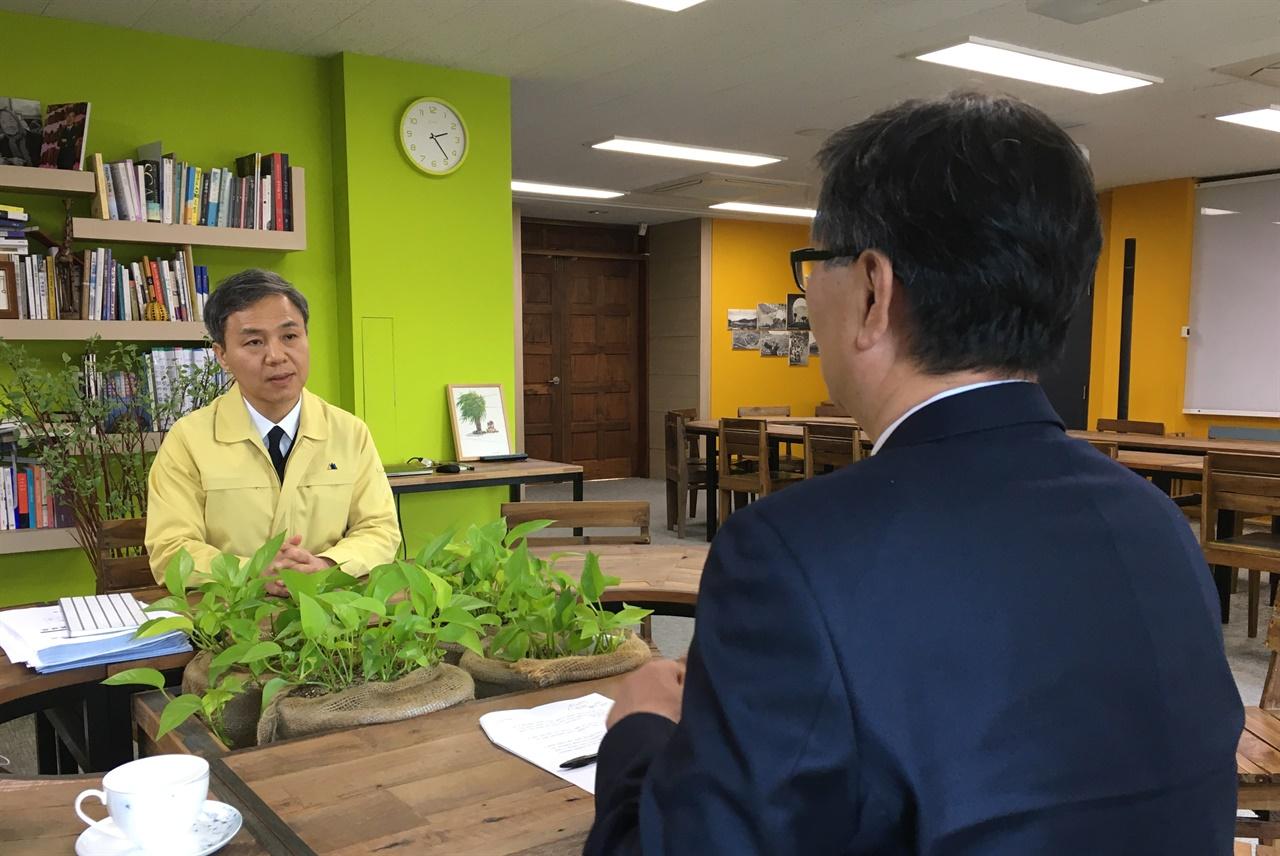 전주형 재난기본소득에 대한 이야기를 나누는 김승수 전주시장(좌)과 김제선 희망제작소 소장(우)