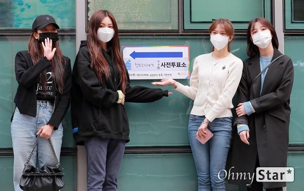 CLC, 마스크 착용하고 투표장으로! 제 21대 국회의원 사전선거일 첫 날인 10일 오후 성수2가제3동주민센터 앞에서 걸그룹 CLC의 장승연, 권은빈, 최유진, 오승희가 투표를 하기에 앞서 투표독려를 하고 있다.