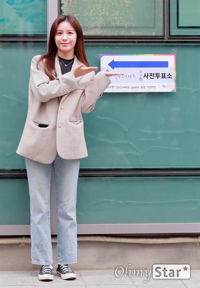 네온펀치 이안, 생애 첫 투표! 제 21대 국회의원 사전선거일 첫 날인 10일 오후 성수2가제3동주민센터 앞에서 걸그룹 네온펀치의 이안이 투표를 하기에 앞서 투표독려를 하고 있다.