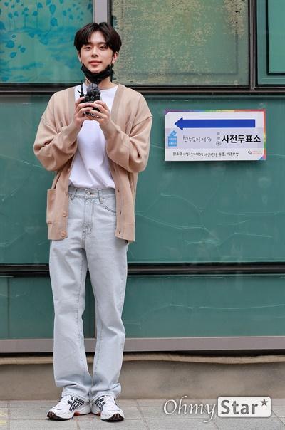 유선호, 유권자 화이팅! 제 21대 국회의원 사전선거일 첫 날인 10일 오후 성수2가제3동주민센터에서 유선호 가수가 투표에 앞서 투표독려를 하고 있다.