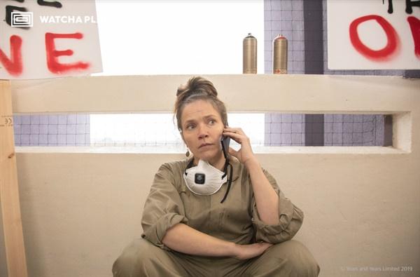 지난 3월 왓챠 익스클루시브 서비스로 공개된 BBC 드라마 <이어즈 앤 이어즈>의 한 장면.