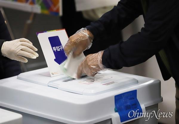 4.15총선 사전투표 첫날인 10일 부산 동래구 사직동의 한 투표소에서 유권자들이 한 표를 행사하고 있다.