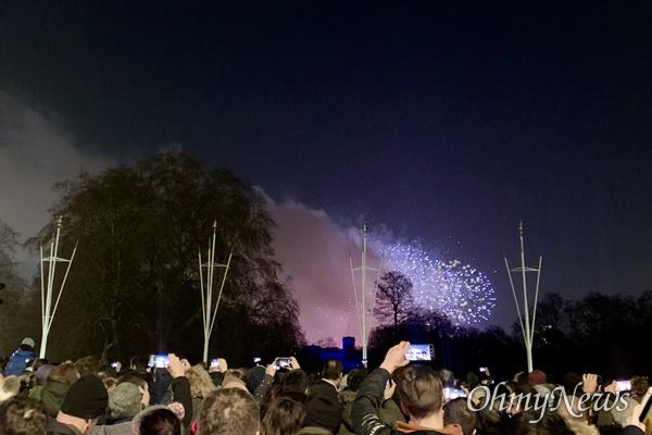 지난해 12월 31일 영국 런던 버킹검 궁전 앞. 수많은 사람들이 새해맞이 불꽃놀이를 보고 있다.