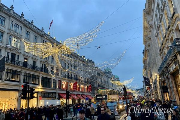 지난해 연말 영국 런던의 옥스퍼드 서커스 거리. 수많은 사람들이 연말 쇼핑을 즐기기 위해 이곳을 찾았다.