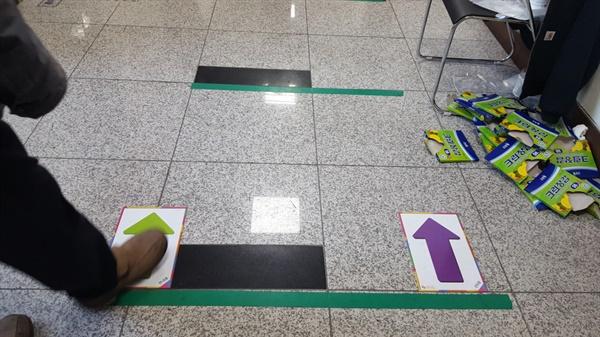 관내투표자와 관외투표자는 색깔별 화살표로 가면 된다.