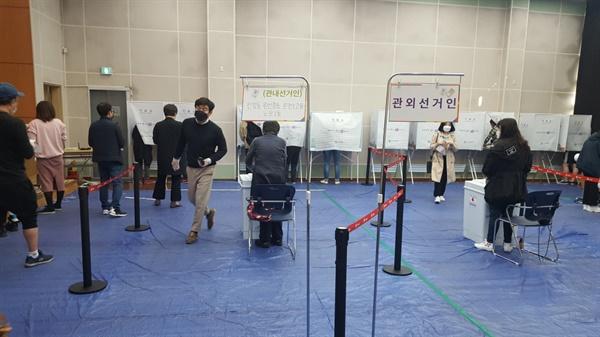 조용히 안정감 있게 투표하는 사람들.