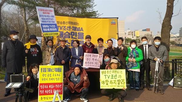 릴레이 토크 쇼를 끝내고 언론 시민 단체가 모여 단체 사진을 찍었다.