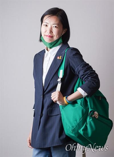 고은영 녹색당 비례대표 1번 후보가 선거 운동기간 동안 다양한 녹색 소품을 활용해 녹생당의 정체성을 알리고 있다고 했다.