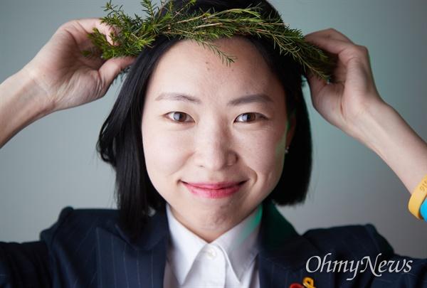 고은영 녹색당 비례대표 1번 후보가 당원들이 집중유세에 사용하기 위해 만든 원형 화관을 쓰고 있다.
