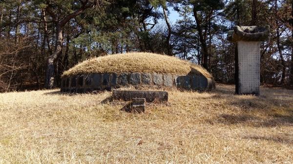 금산 전투에서 순절한 호남 의병장 삽봉 김세근 장군의 묘소. 시신을 찾을 수 없어 초혼장(招魂葬)으로 장례를 치렀다. 학산사 입구 팔학산의 나지막한 언덕에 있다